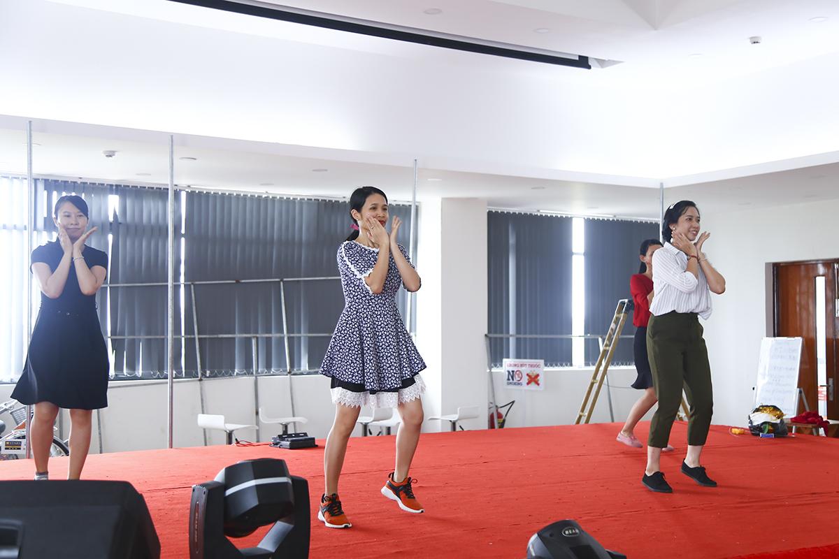 """Các cô gái Synnex FPT thay đổi không khí hội trường với phần tập dượt chuẩn bị cho tiết mục nhảy K-pop đầy quyến rũ mang tên """"Bboom Bboom""""."""