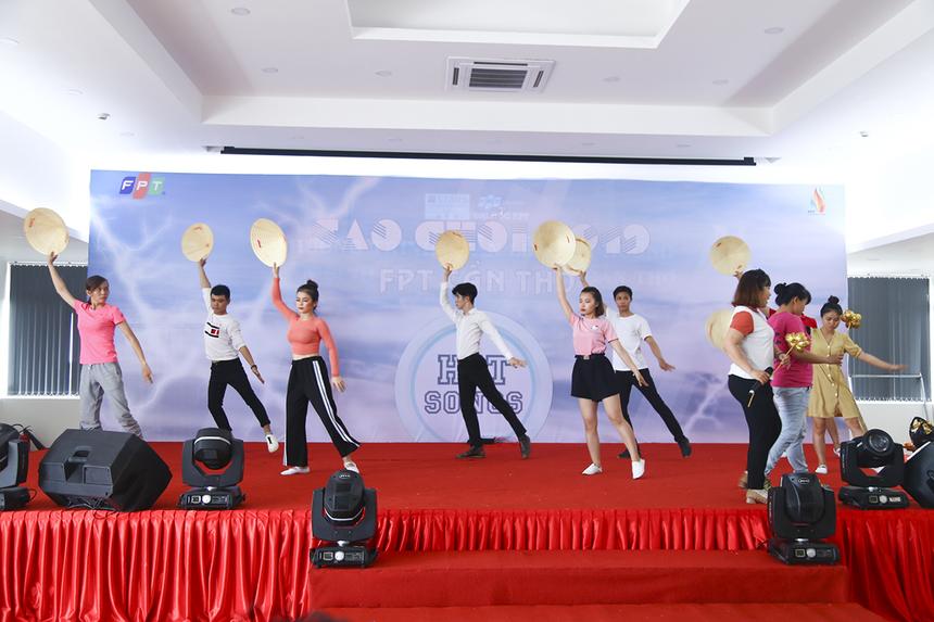 """Màn múa phụ họa """"Hello Vietnam"""" được dàn dựng bài bản và tập luyện rất đồng đều giữa các thành viên."""