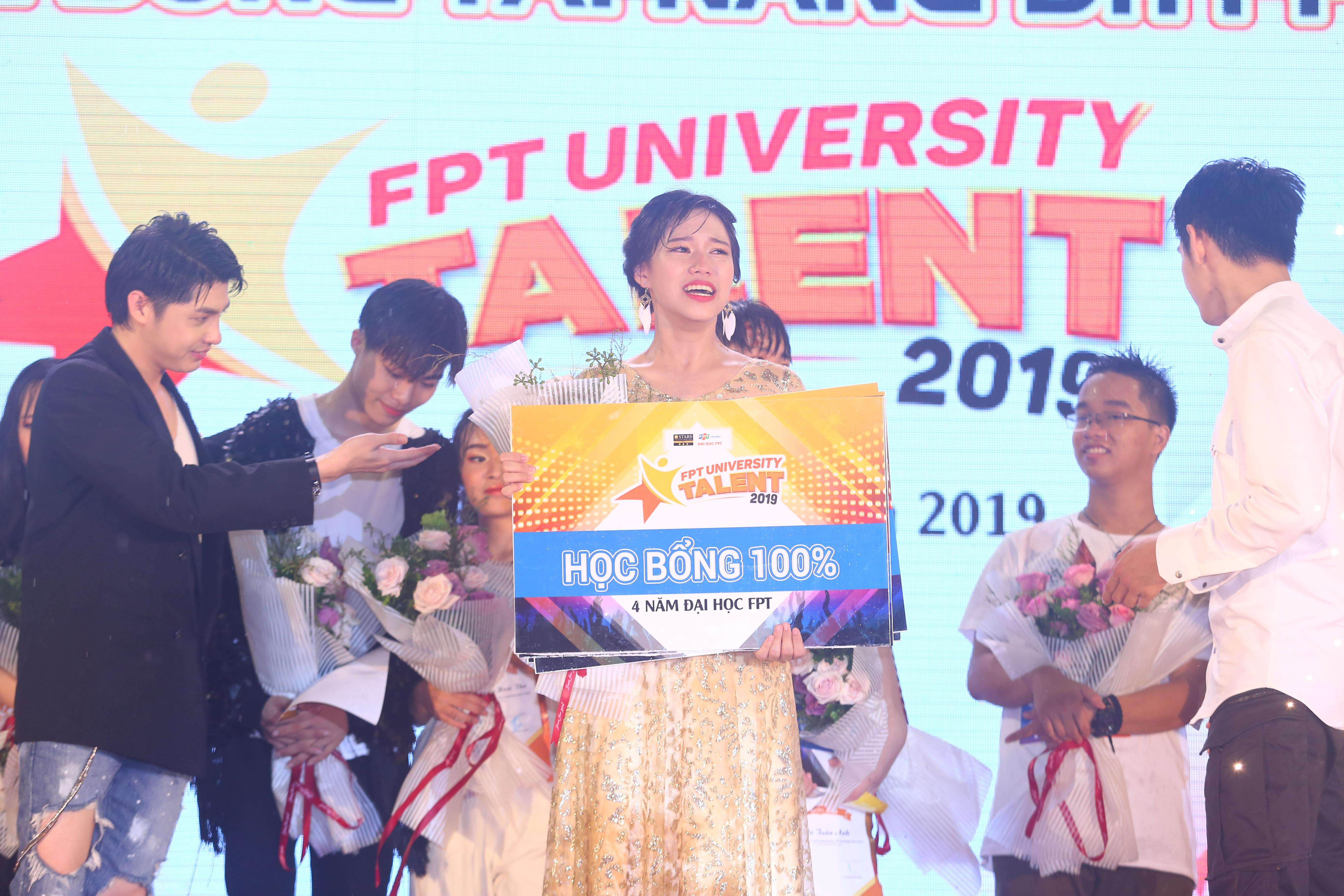 """Với giải Quán quân FPT University Talent 2019, Minh Châu sẽ nhận được 30 triệu đồng tiền thưởng và 1 suất học bổng toàn phần vào ĐH FPT. Nữ sinh Hà Thành cho biết, cô sẽ học chuyên ngành Truyền thông đa phương tiện tại ĐH FPT. Nghẹn ngào khi nhận giải thưởng giá trị từ ĐH FPT, Minh Châu chia sẻ: """"Mình rất bất ngờ và hạnh phúc khi đạt được ngôi vị quán quân, thực sự đây là giấc mơ đã thành hiện thực đối với mình. Cám ơn ĐH FPT đã giúp mình trở thành nàng công chúa tỏa sáng nhất đêm nay""""."""