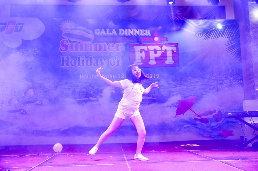Bé Nguyễn Tú Linh là nhân tố khuấy động không khí chương trình với tiết mục nhảy hiện đại sôi động, hào hứng. Khán giả cổ vũ không ngớt và dành nhiều tràng pháo tay cho cô bé đáng yêu.