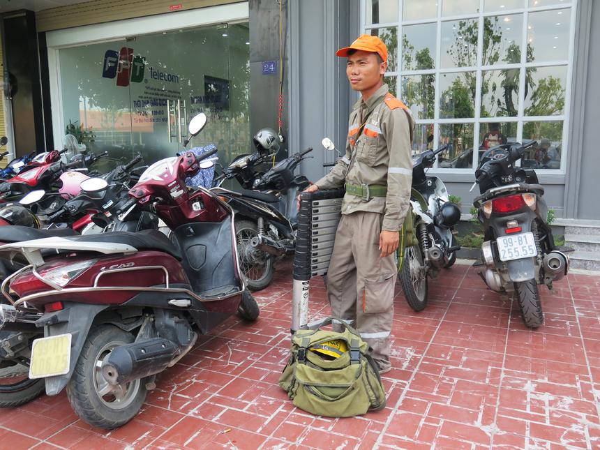 Mặc dù cí mặt từ 4h30 sáng nhưng đội quân hạ tầng 'Cáo' Bắc Ninh chỉ khống chế được một phần hạ tầng cáp.Trong ảnh, lực lượng 'Cáo' tại TP Bắc Ninh chuẩn bị hành trang xuống hỗ trợ đồng nghiệp ở Từ Sơn.
