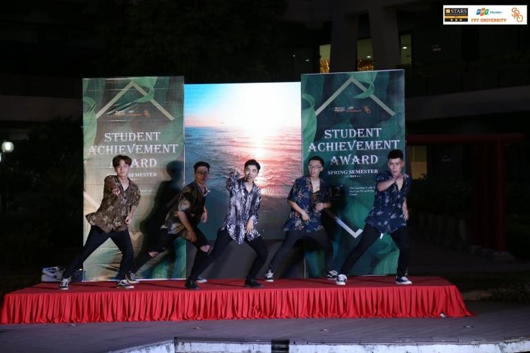 Trưởng phòng Công tác sinh viên Phạm Tuyết Hạnh Hà chia sẻ nhiều kỷ niệm trong sự kiện. Qua các câu chuyện, chị muốn truyền lửa và ý chí phấn đấu cho các bạn sinh viên.