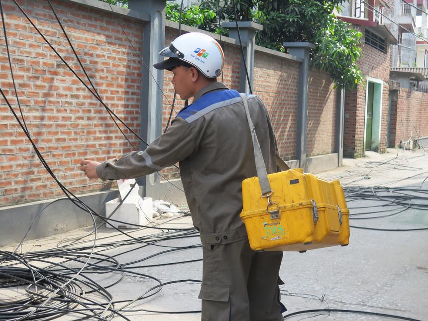 Các loại dây cáp được hạ đất hàng loạt. 500 mét dây cáp mới được viện trợ để thay mới toàn bộ, tránh tình trạng hao mòn làm ảnh hưởng tốc độ đường truyền.