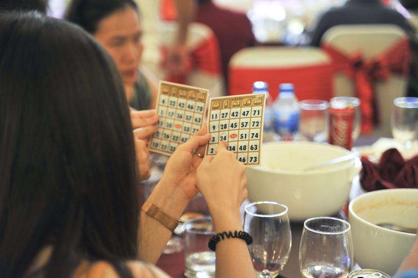 Tiếp đó, trò chơi bingo thu hút sự tham gia của toàn thể CBNV với tinh thần hào hứng, mong chờ. Phần thưởng cho những người may mắn thắng cuộc là 500.000 đồng tiền mặt.