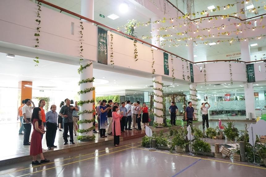 Đoàn thăm quan khuôn viên trường. Hôm nay (ngày 14/6), đoàn sẽ tiếp tục tham dự hội thảo Đề xuất các giải pháp phát triển bền vững các trường ĐH, CĐ ngoài công lập Việt Nam tại trường Đại học Hòa Bình, Xuân Phái, Mỹ Đình, Hà Nội.