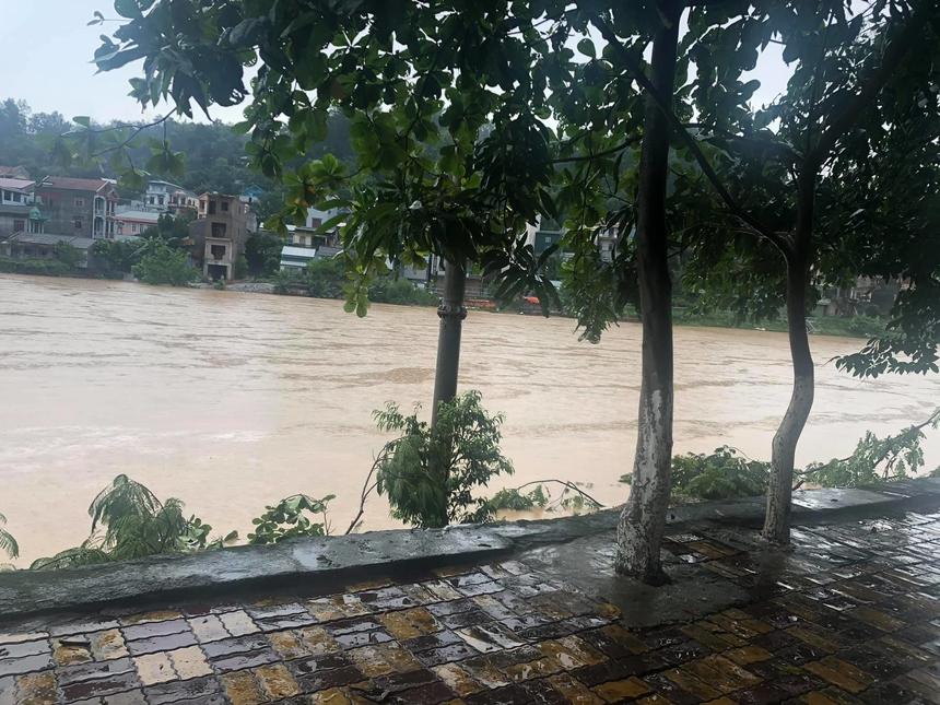 Những ngàyqua, nắng to gay gắt cùng với cơn mưa dông kéo dài, khắc nghiệt khiến khu vực tỉnh Cao Bằng đang có mưa vừa, mưa to, có nơi mưa rất to. Đến 1h sángnay (ngày 13/6), con nước lên nhanh, đúng thời điểm bà con chìm vào giấc ngủ không ứng biến kịp, nhiều nơi sạt lở nghiêm trọng.