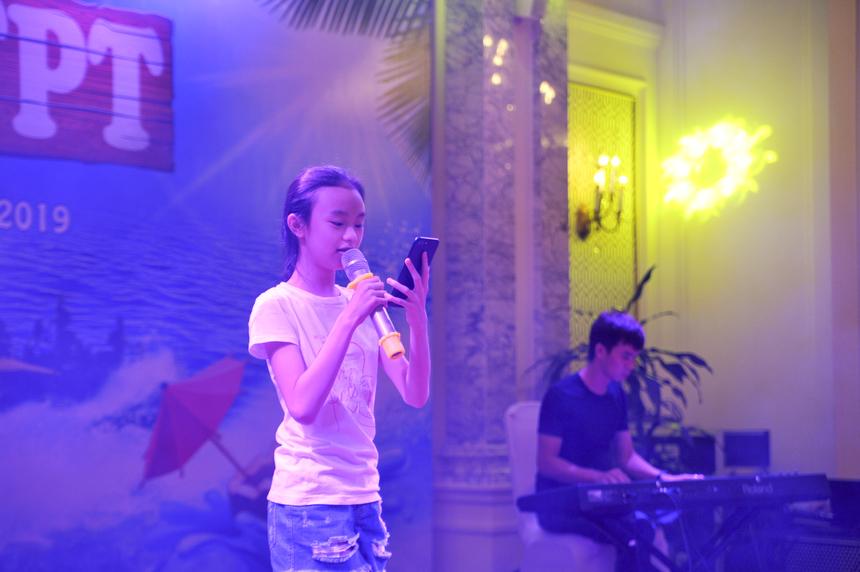 """FPT Small cũng có cơ hội thể hiện tài năng khi biểu diễn trên sân khấu gala dinner. Bé Trang Nhung (con nhạc công Nguyễn Văn Toản - FUN) mang đến chương trình ca khúc """"Hello Việt Nam"""" qua giọng hát nhẹ nhàng, bay bổng."""