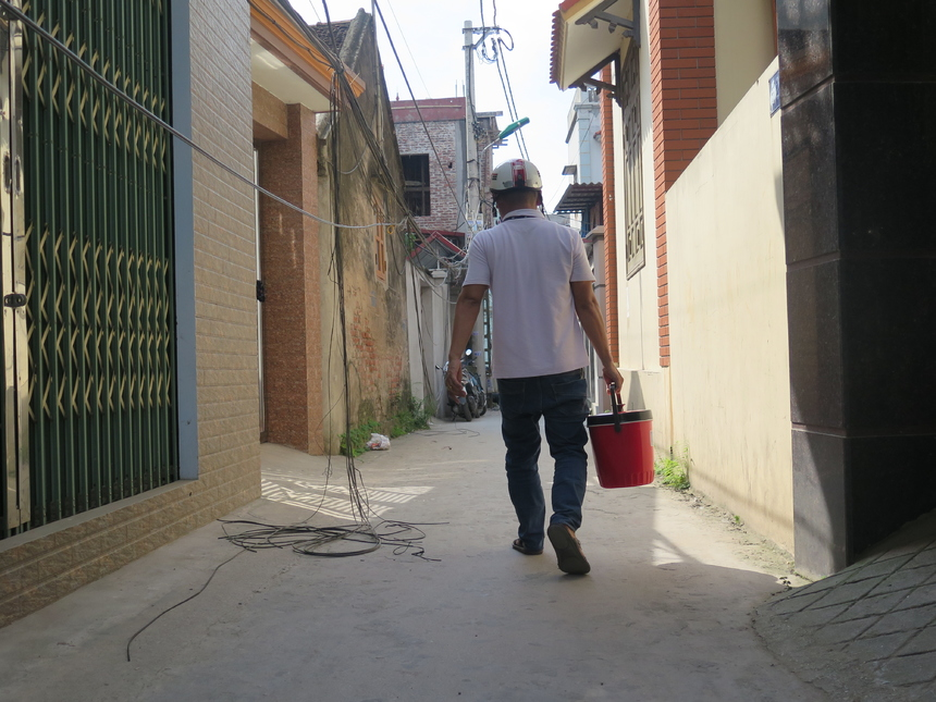 Thời tiết ở Bắc Ninh ghi nhận 40 độ vào 11h trưa, anh em TIN vẫn miệt mài hỗ trợ lẫn nhau để tuyến cáp nhanh chóng được khắc phục.Trong hình, anh Phạm Anh Tú - nhân viên quản lý users (người dùng) mang nước tới các tụ điểm để động viên anh em.