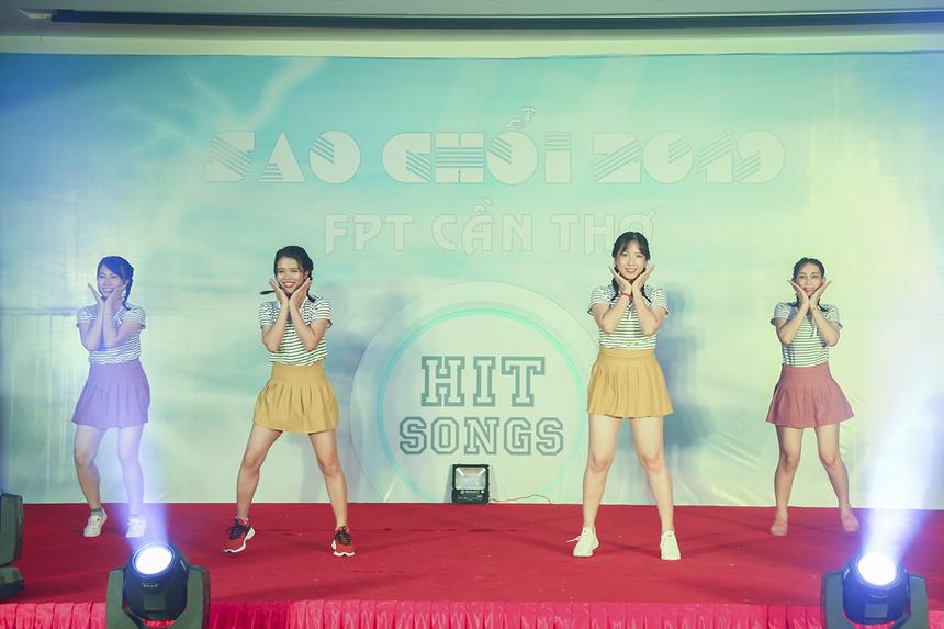 """Khác với 7 đội còn lại lựa chọn các tiết mục hát, đơn vị Synnex FPT lại mang đến cho khán giả màn nhảy """"Bboom bboom"""" dựa trên nền nhạc K-pop với màn vũ đạo đáng yêu, đầy sôi động."""