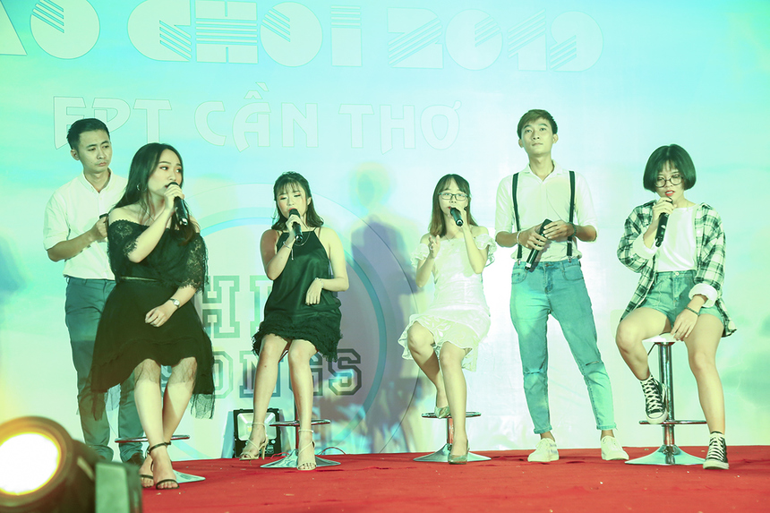 """Sau những phút giây sâu lắng với """"Gánh mẹ"""", tiết mục của đơn vị FPT Greenwich (Việt Nam) đưa khán giả lần lượt điểm lại những bản hit trong gần 30 năm qua của V-pop."""