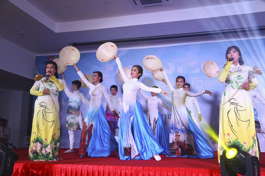 """Nhẹ nhàng, sâu lắng và đậm màu quê hương là tiết mục ca múa """"Xinh tươi Việt Nam"""" đến từ FPT Telecom. Tiết mục được đầu tư chu đáo về đạo cụ, trang phục lẫn quá trình chuẩn bị."""