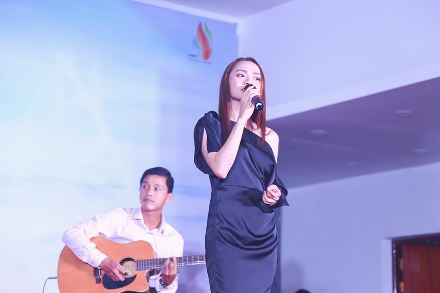 """Khép lại phần thi của các đội là tiết mục song ca đến từ FPT Polytechnic với bài hát """"Kiếp ve sầu"""", từng gắn liền với tên tuổi của ca sĩ Đan Trường trong chương trình """"Làn sóng xanh"""" trên sóng FM 99,9MHz."""