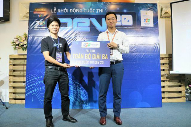 Đại diện FPT IS - ông Phạm Minh Tâm trao tiền tài trợ cho FPT Adtech.