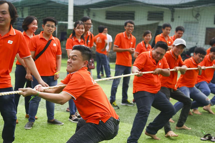 Dù trời đổ mưa to vào giữa buổi chiều nhưng các thành viên nhà Phần mềm Cần Thơ và TP HCM vẫn nhiệt tình ra sân tham gia, cổ vũ đồng đội của mình.