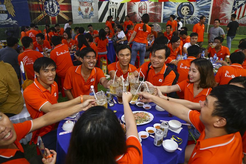 Sau những giây phút mướt mồ hôi với những trò chơi tập thể là không khí tràn ngập tiếng cười của những bóng áo cam trên bàn tiệc nhân ngày đặc biệt của công ty.
