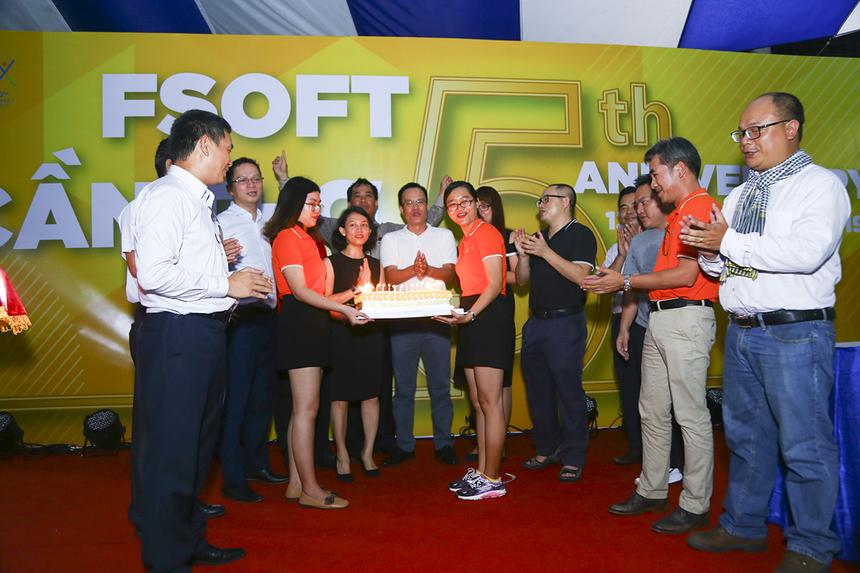 """Ban lãnh đạo và toàn bộ thành viên của FPT Software đã cùng nhau hát bài """"Happy Birthday"""" trước khi TGĐ Nguyễn Văn Khoa và anh Trần Minh Hùng cùng nhau thổi nến."""