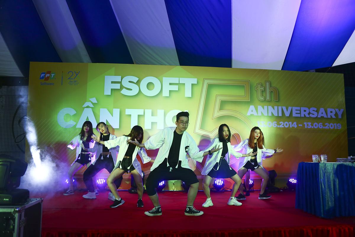 """Mở đầu phần văn nghệ là tiết mục dance của đội vô địch cuộc thi """"Tìm kiếm tài năng"""" do đơn vị FHM vừa tổ chức cách đây ít ngày."""