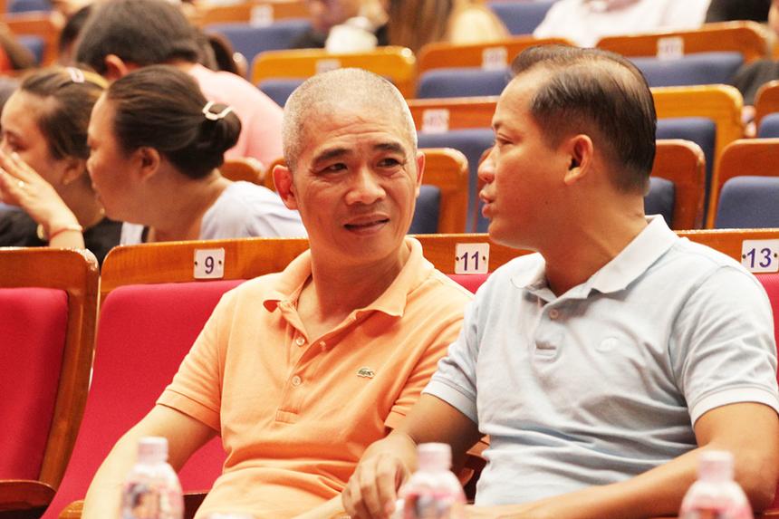 Sao Chổi miền Trung diễn ra vào tối 13/6 tại nhà hát Trưng Vương, TP Đà Nẵng. Nhạc sĩ Trương Qúy Hải (áo cam), Ban Văn hóa - Đoàn thể FPT, có mặt từ rất sớm trong vài trò giám khảo cuộc thi. Anh trao thủ trò chuyện cùng GĐ Synnex FPT miền Trung Nguyễn Minh Đức.