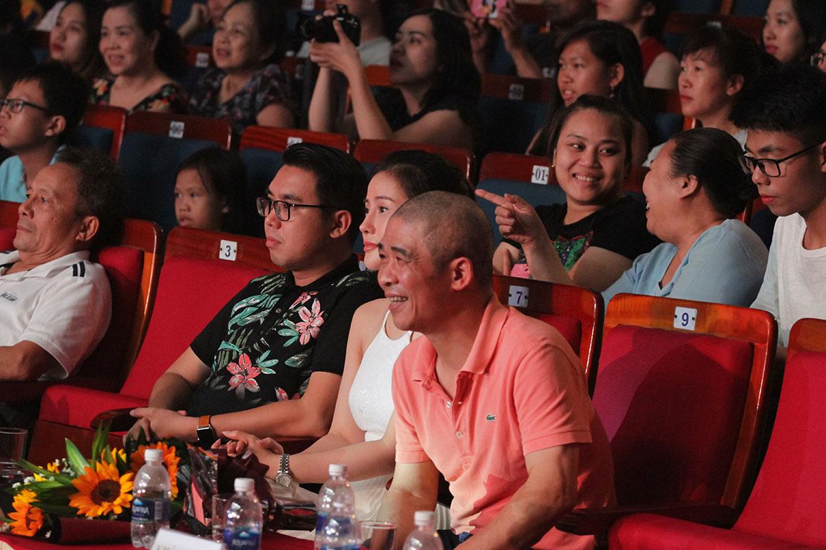Bên dưới sân khấu, nhạc sĩ Trương Quý Hải chăm chú theo dõi phần trình diễn củaThái Sơn Beatbox.