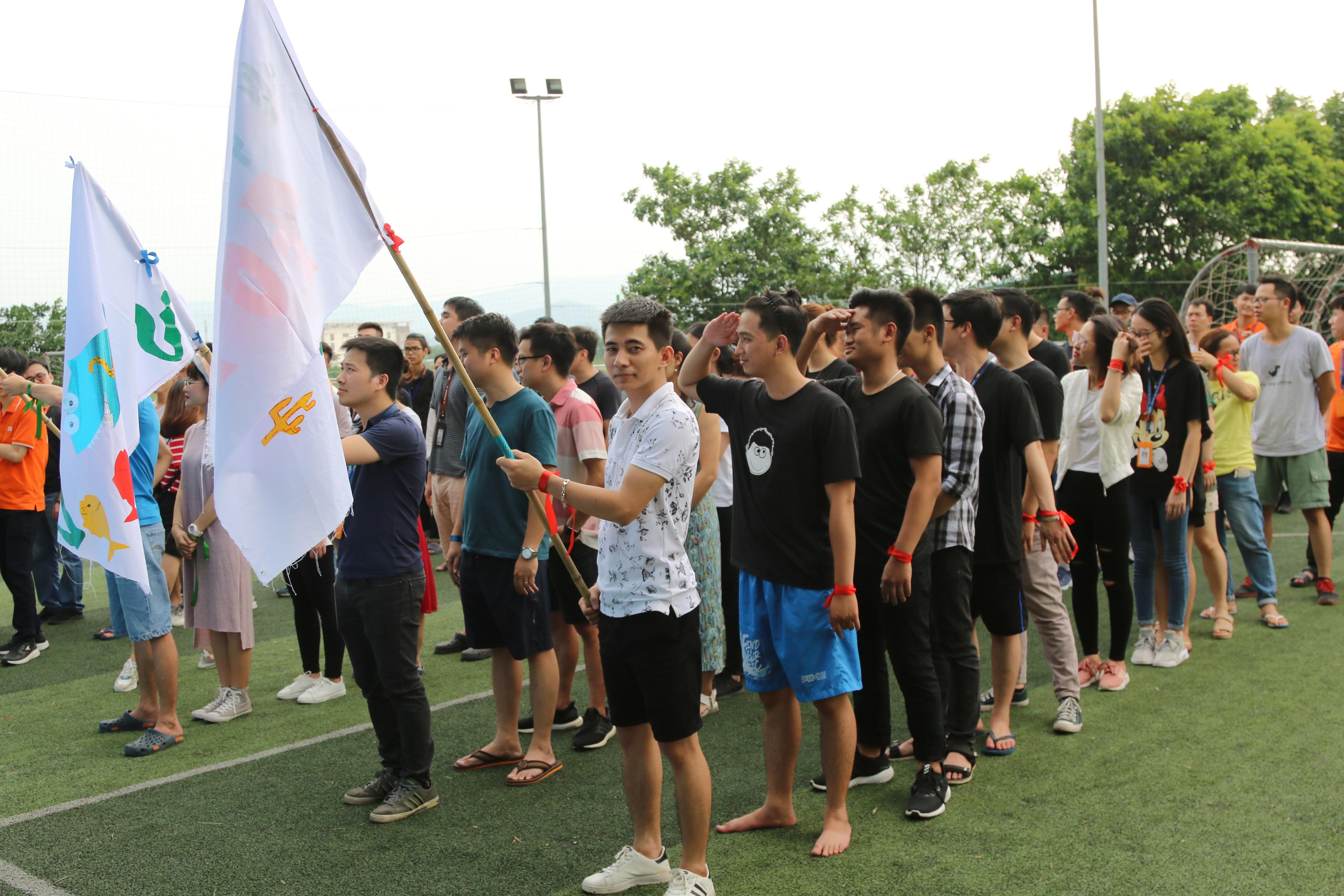 Đoàn di chuyển ra sân bóng F-Ville 1 để thực hiện nghi thức chào cờ, trước khi chuẩn bị cho trò chơi tiếp theo.