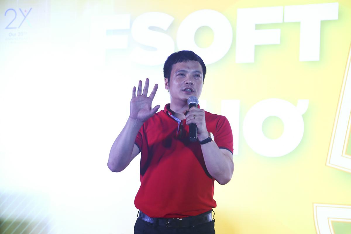 """Tiếp nối câu chuyện tăng trưởng của nhà Phần mềm Cần Thơ, CEO FPT Nguyễn Văn Khoa chia sẻ: """"Cách đây 3 năm, FPT Software Cần Thơ chỉ có hơn 30 người và giờ chúng ta đã có hơn 230 người. Có rất nhiều bạn ở đây giống tôi chưa từng bước ra mảnh đất quê hương lần nào. Nhưng cách đây 1 tháng, tôi và anh Trần Đăng Hòa có dịp qua Nhật và nhìn thấy một sự thật là thị trường và cơ hội của FPT Software quá lớn. Hai anh em tôi mấy đêm liền không ngủ được, chỉ bàn thế nào để giành lấy cơ hội này. Tôi có nói với anh Bùi Quang Ngọc rằng, hiện tại FPT Software có 16.000 người thì phải tăng lên 55.000 người mới đáp ứng được nhu cầu thị trường hiện nay""""."""