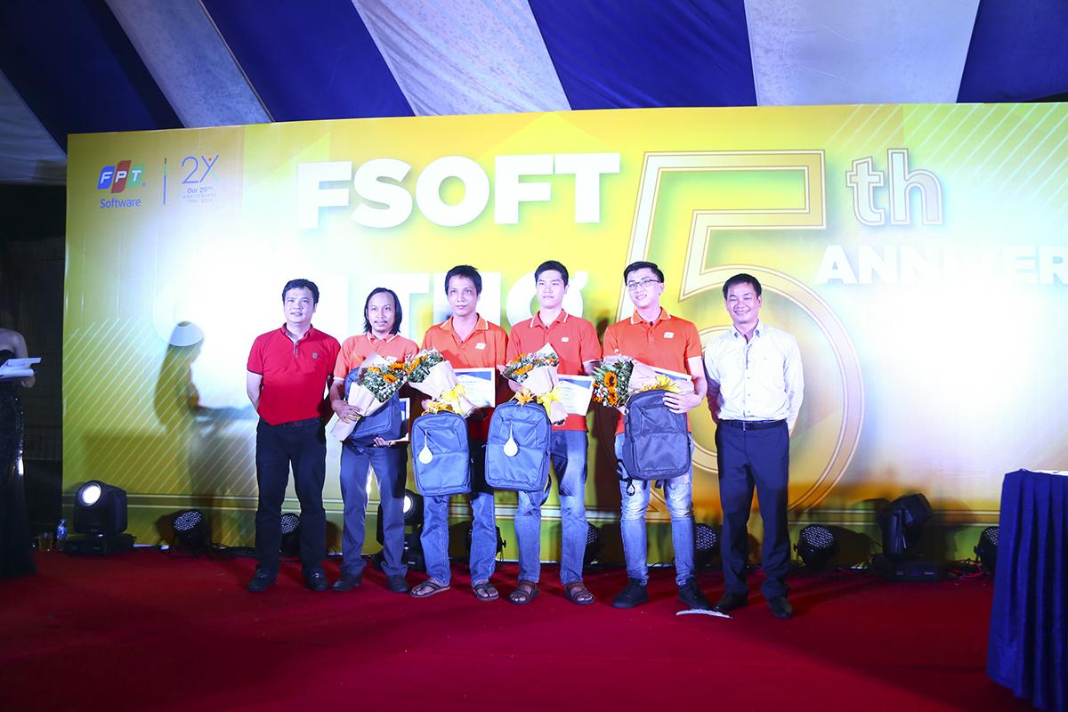 Trong dịp mừng sinh nhật 5 năm thành lập FPT Software Cần Thơ, BTC đã vinh danh các cá nhân đã đồng hành cùng công ty trong suốt 5 năm qua từ những ngày đầu thành lập, gồm: Nguyễn Văn Linh, Võ Đình Duy, Đặng Phú Cường, Đặng Phú Lộc.