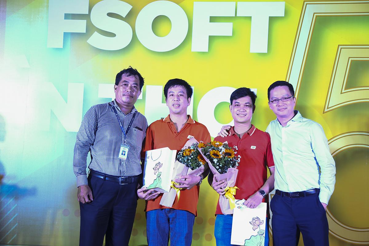 Ban lãnh đạo FPT Software Cần Thơ cũng tặng quà cho 2 cá nhân xuất sắc, hoàn thành nhiều dự án được đánh giá cao từ khách hàng là: Nguyễn Chí Thảo, Trần Ngọc Hiền.