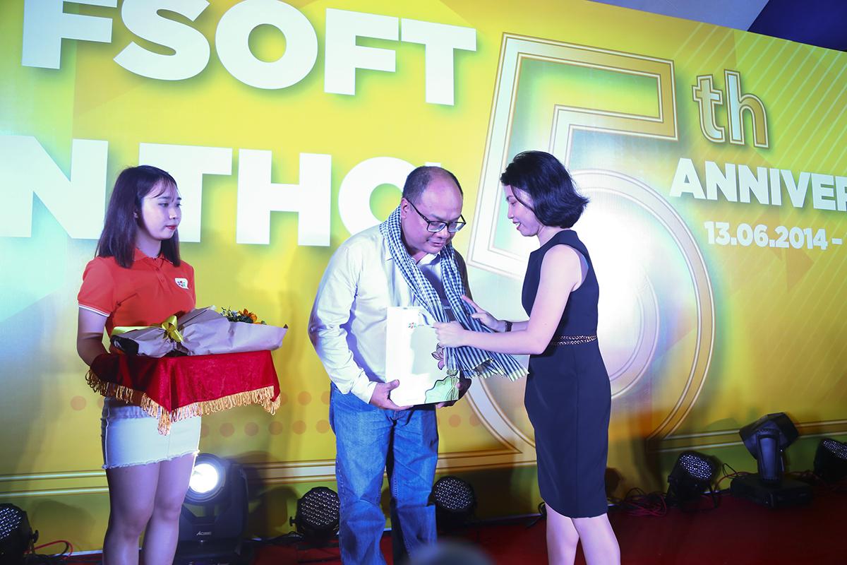 Chị Trần Thị Kim Phượng tặng quà tri ân cho anh Nguyễn Vũ Thiên Ân là Giám đốc FPT Software Cần Thơ đầu tiên khi thành lập đơn vị. Anh chính là người đã đặt nền móng cho sự phát triển của nhà Phần mềm miền Tây đến thời điểm hiện tại.
