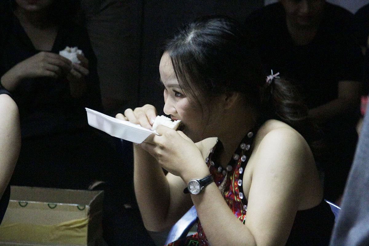 Không có nhiều thời gian chuẩn bị nên bánh bao hay bánh mỳ là những món ăn ưa thích của các diễn viên nhà F trước khi lên sân khấu.