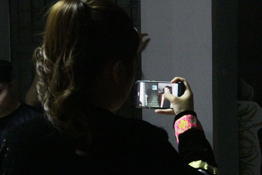 Một số thành viên dùng điện thoại quay lại một số cảnh để làm kỷ niệm...