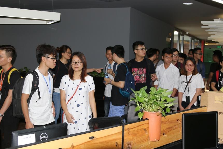 Đầu tiên, CBNV làm việc tại Cầu Giấy đến thăm nơi làm việc của CME Hòa Lạc. Tại đây mọi người được gặp gỡ giao lưu, trò chuyện để hiểu nhau hơn.