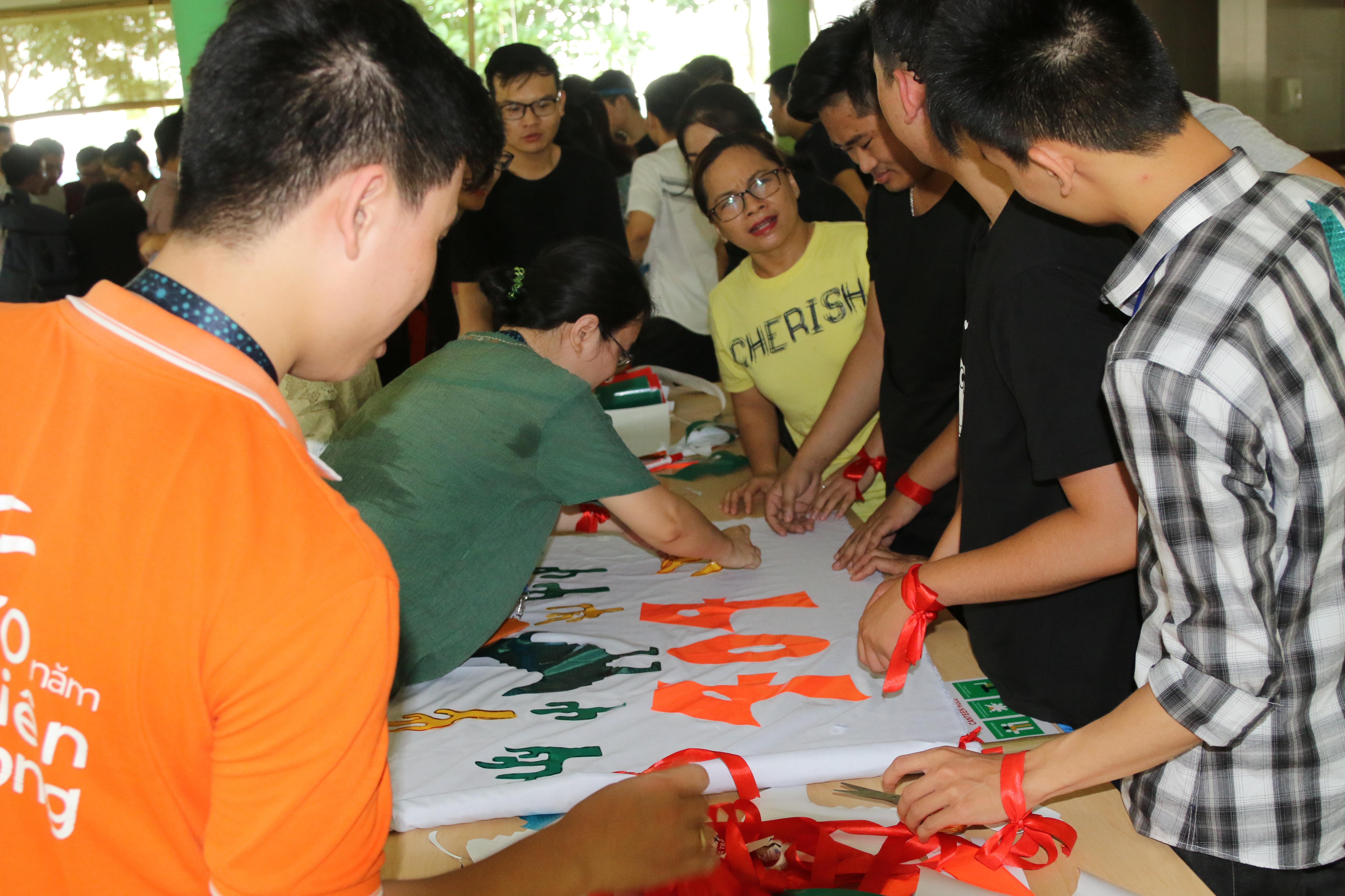 Ban tổ chức chuẩn bị sẵn các dụng cụ cần thiết và yêu cầu mỗi đội tự chuẩn bị một lá cờ cho suốt quá trình hoạt động của mình.