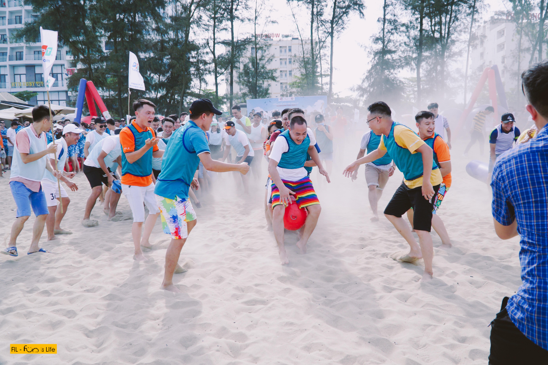 Đầu giờ chiều nắng khá gắt nhưng biển Sầm Sơn vẫn tập nập người. Khu vực teambuilding của 600 'chiến sĩ' nhà 'Cáo', cát bay bụi mù, âm thanh nháo nhác, tiếng reo hò náo nhiệt.