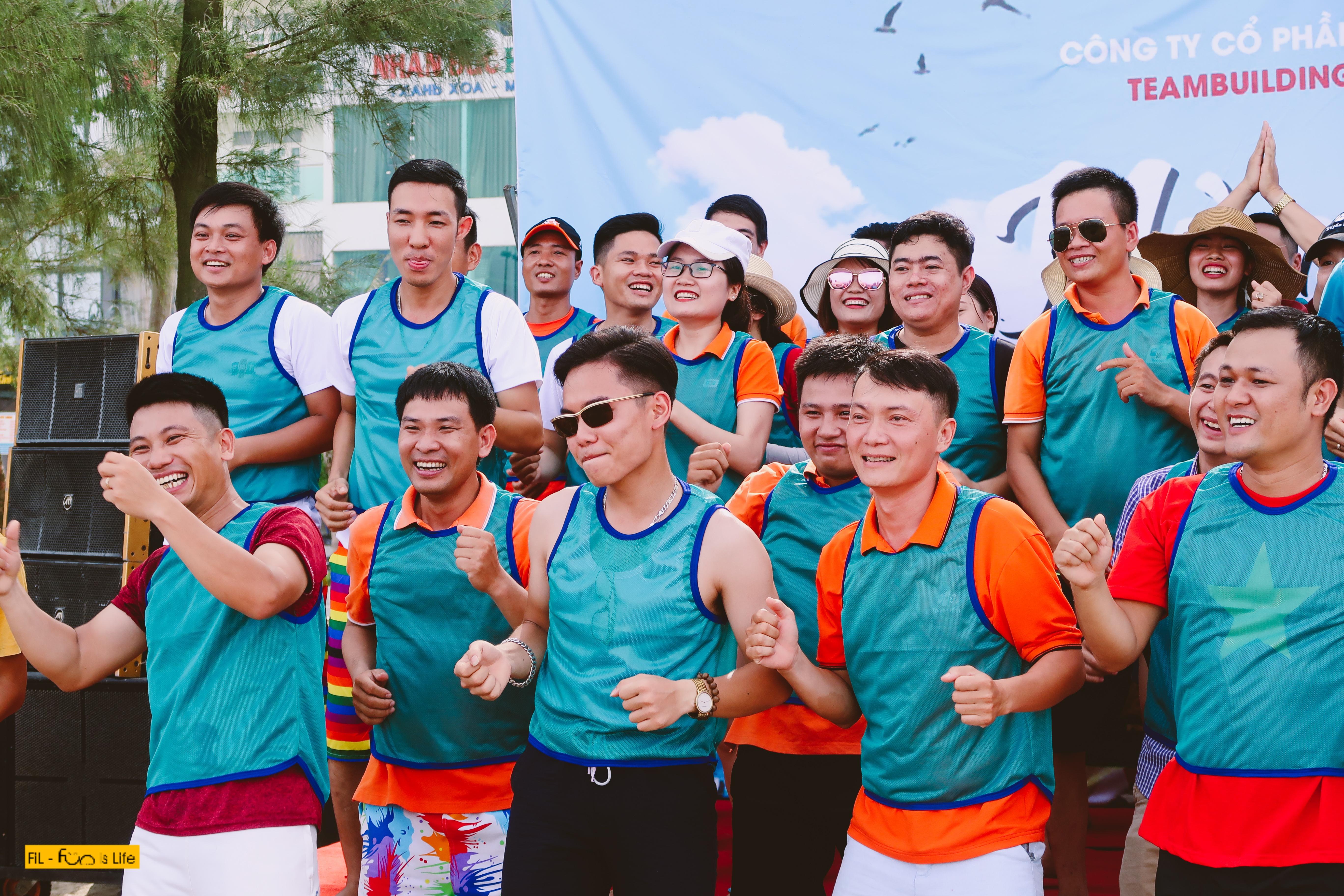 Sau khi đổ bộ đến Thanh Hoá, đoàn quân nhà 'Cáo' đã có một buổi chiều tung sức trong tiếng cười dưới ánh nắng Sầm Sơn. 12 chi nhánh với đủ sắc màu lần lượt có màn chào đồng đội ấn tượng.