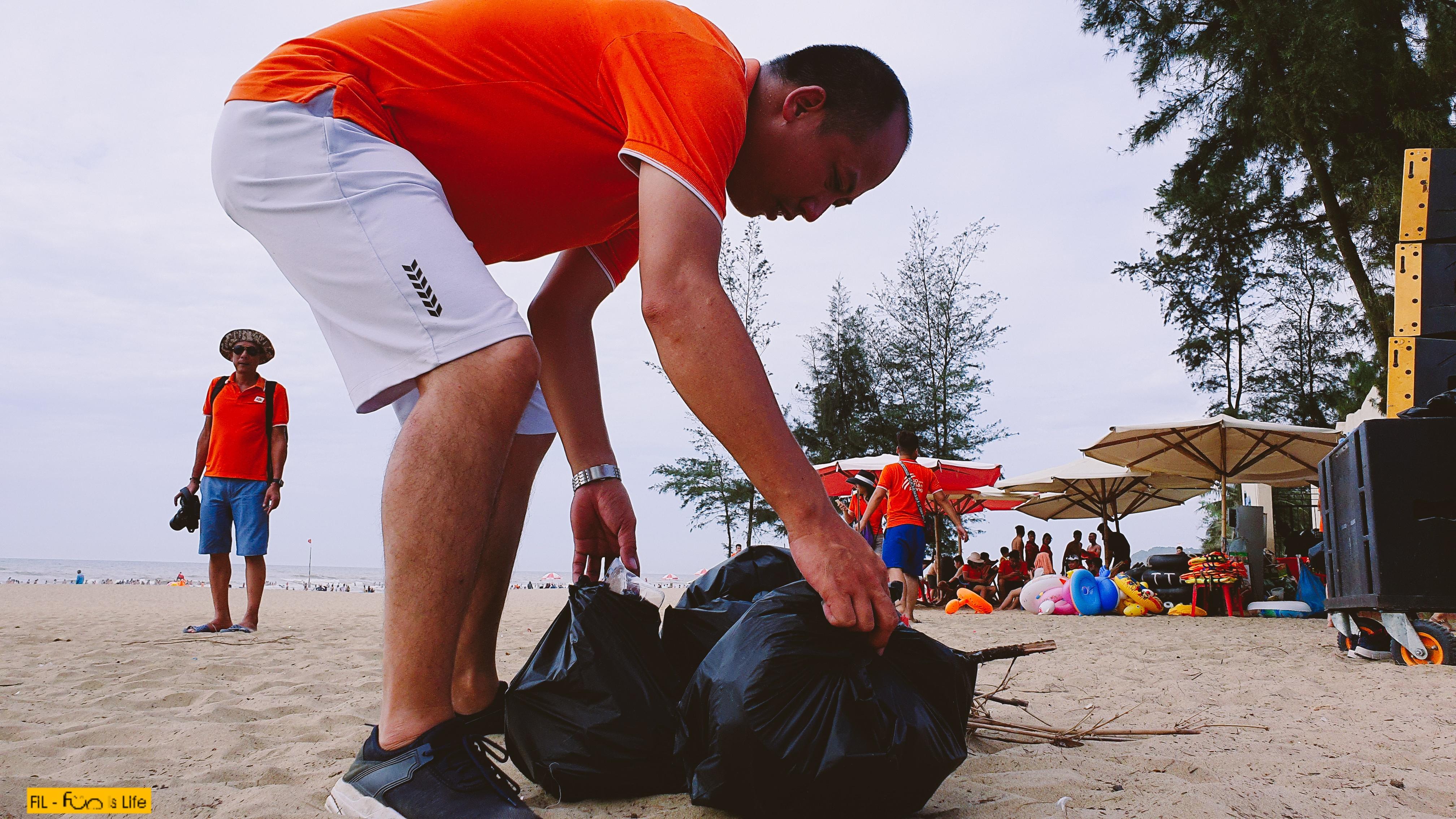 Anh Trần Hữu Tuấn, Trưởng phòng Kinh doanh FPT Telecom Hà Tĩnh cho biết, trước khi tham gia chuyến đi này, anh không tìm hiểu sâu việc con người đang khiến môi trường sống trở nên ô nhiễm. Tuy nhiên, sau khi tham gia buổi teambuilding và xem nhiều video về môi trường được chiếu trong chương trình khiến anh 'thấm' nhiều thứ.