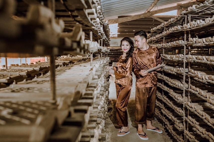 Chủ nhân của bộ ảnh cưới trong không gian lò ngói là cô dâu Trần Thị Nga (1991) và chú rể Trần Vũ Tuấn Linh (1993). Bộ ảnh nhận được nhiều lời khen về ý tưởng độc đáo và sự đầu tư của đôi uyên ương.
