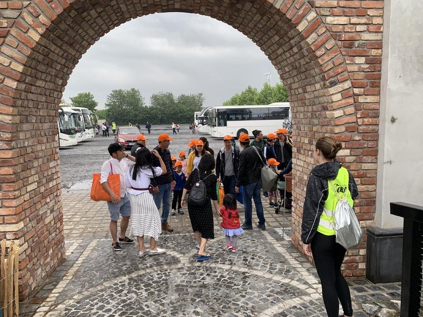 Sau hơn một giờ di chuyển, nhóm CBNV FPT Đức có mặt trước khu vực cắm trại. Toàn bộ thành viên cảm thấy hào hứng. GĐ FPT châu Âu Lê Hồng Hải cho hay tinh thần mọi người dâng cao từ vài ngày trước, ngày gia đình là một trong những dịp cộng đồng người FPT tại Đức tụ họp và tăng cường tình cảm gắn kết.
