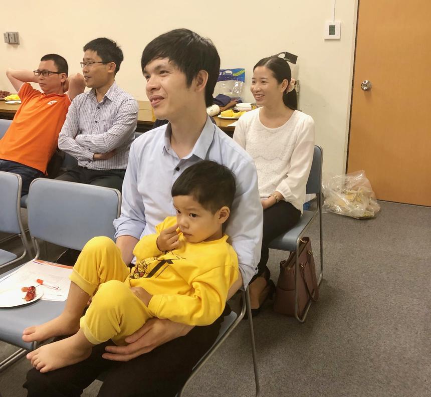 """Khách tham dự đánh giá cao FPT Japan ở môi trường làm việc, văn hóa công ty. Nhiều bạn trẻ bày tỏ nguyện sau khi ra trường sẽ vào làm việc tại nhà F. Làm tại một công ty Nhật được 2 năm, anh Huy cho hay, các công ty Nhật làm việc rất áp lực và ít các hoạt động tập thể. Người Việt cảm thấy """"lạc lõng"""", khó thích nghi. Khách mời tiết lộ, tháng 7 tới khi có trong tay chứng chỉ N2 anh sẽ phỏng vấn vào FPT Japan."""