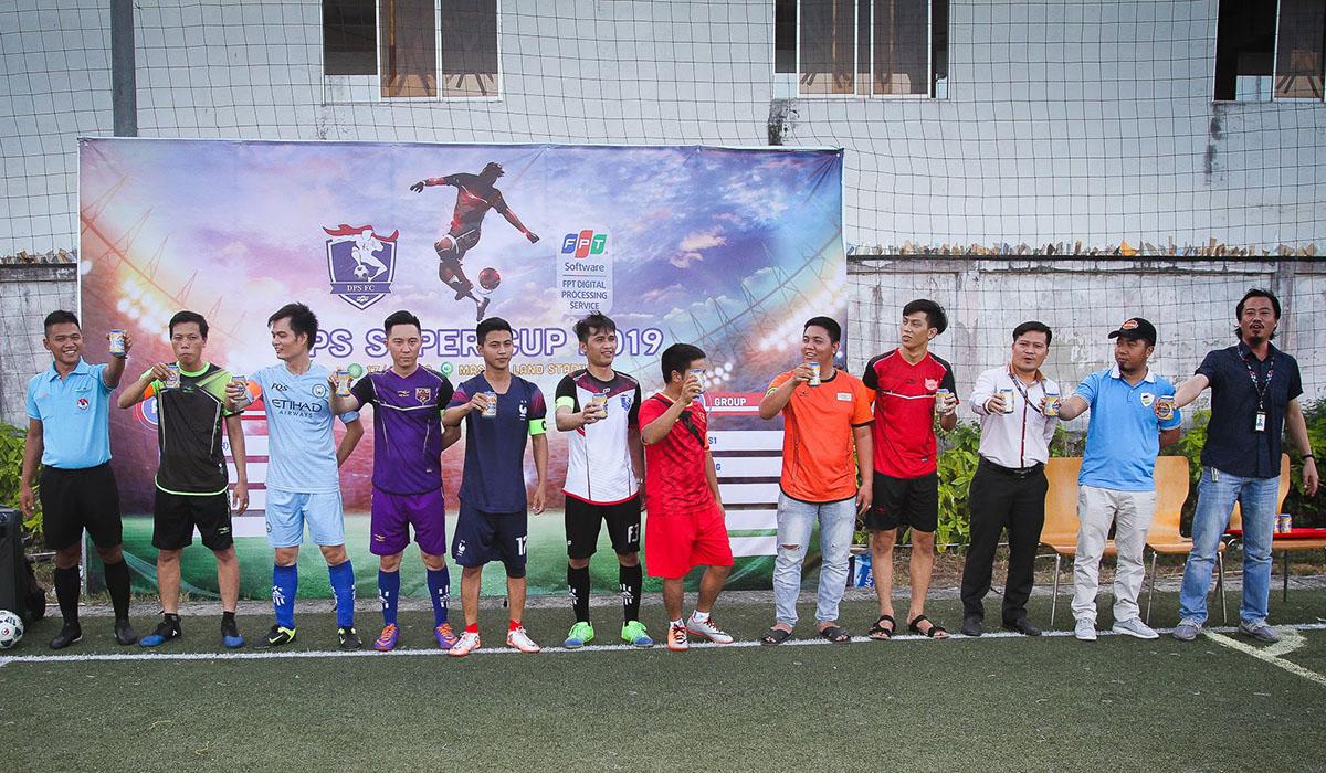 Ban tổ chức phát bia cho tất cả cầu thủ tham gia khai mạc để cùng lãnh đạo chúc mừng cho giải đấu thành công.