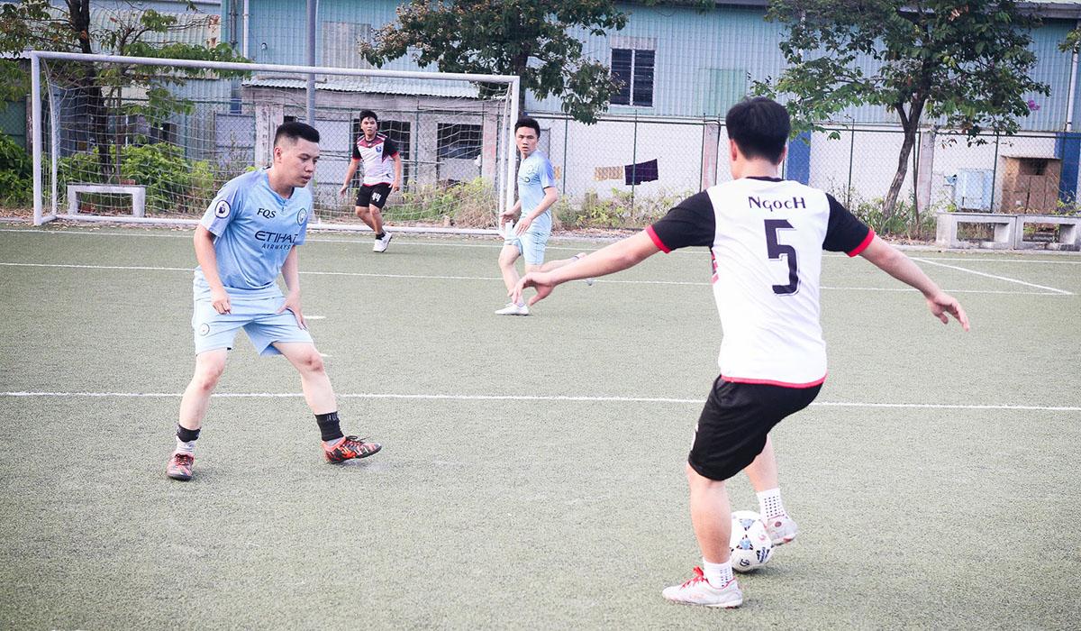 DPC1 (áo trắng) chạm trán với BCN (áo xanh). Được đánh giá cao hơn về mọi mặt nênDPC1 không gặp nhiều khó khăn trong việc kiểm soát thế trận và tìm kiếm bàn thắng.