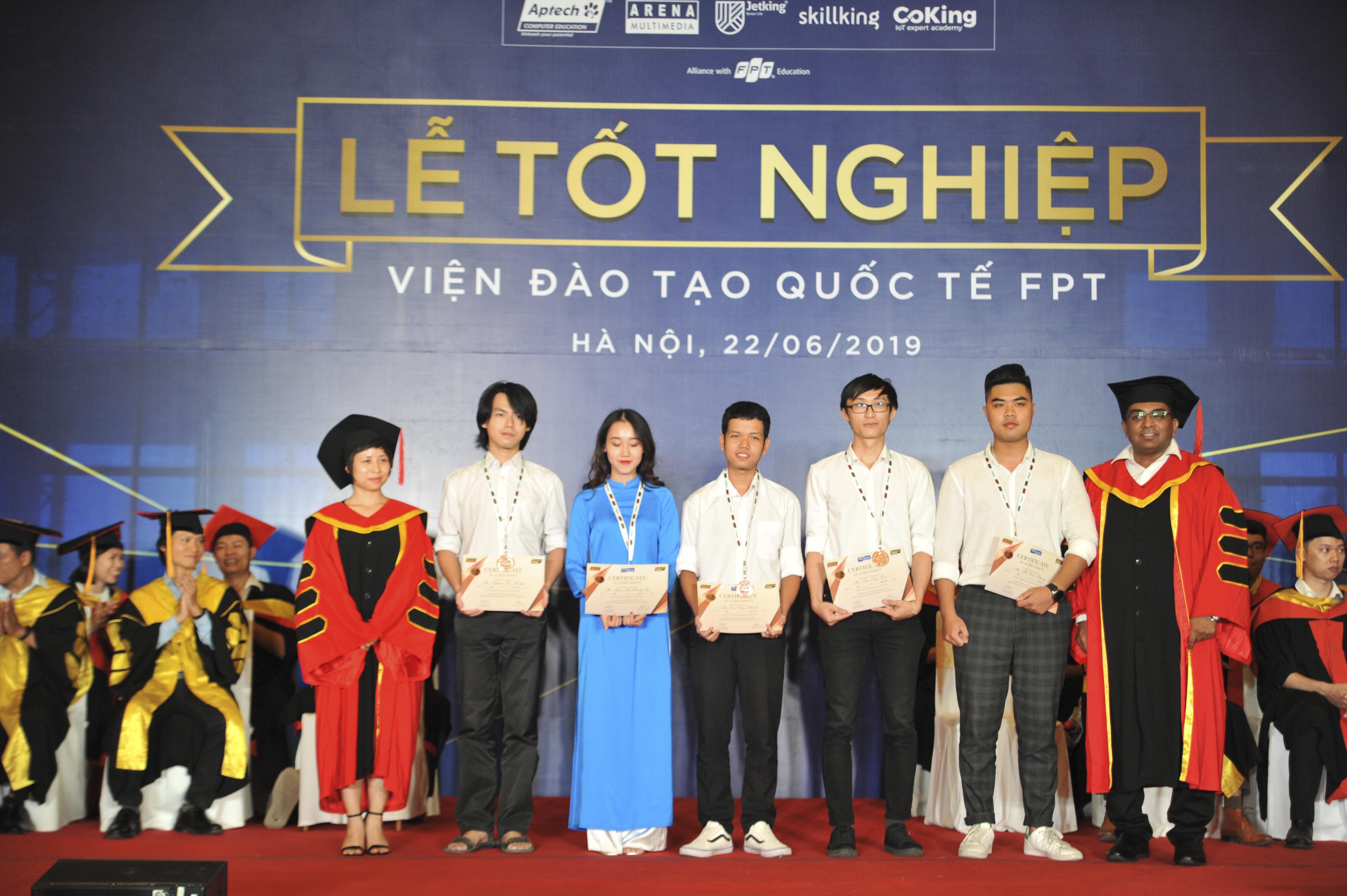 Viện Đào tạo Quốc tế FPT cũng trao huy chương đồng cho những gương mặt xuất sắc đại diện FPT Aptech tham gia cuộc thi Techwiz 2019 do Aptech Global tổ chức với quy mô toàn cầu. Đó là 2 nhóm BIW và Hydra. Cả 2 đều đạt giải Ba chung cuộc.