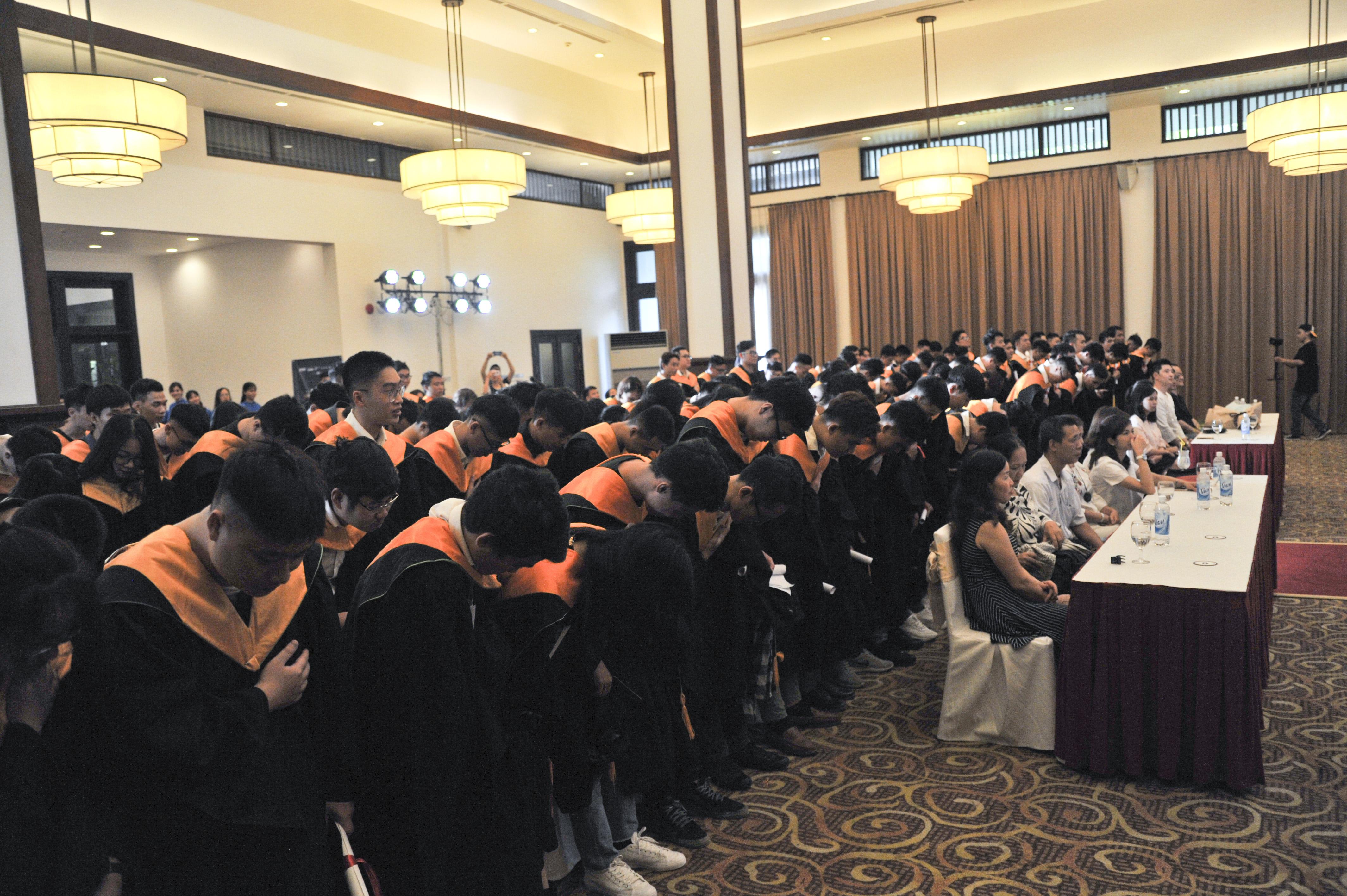 """Sau cùng, chương trình khép lại với nghi thức """"Cảm ơn"""" của các sinh viên giành cho toàn thể giảng viên và chính phụ huynh của mình.Gần 200 sinh viên cùng nhau tháo mũ, cầm trên tay và cúi đầu để thể hiện sự biết ơn với đấng sinh thành và những người đã dạy dỗ mình 2 năm qua."""