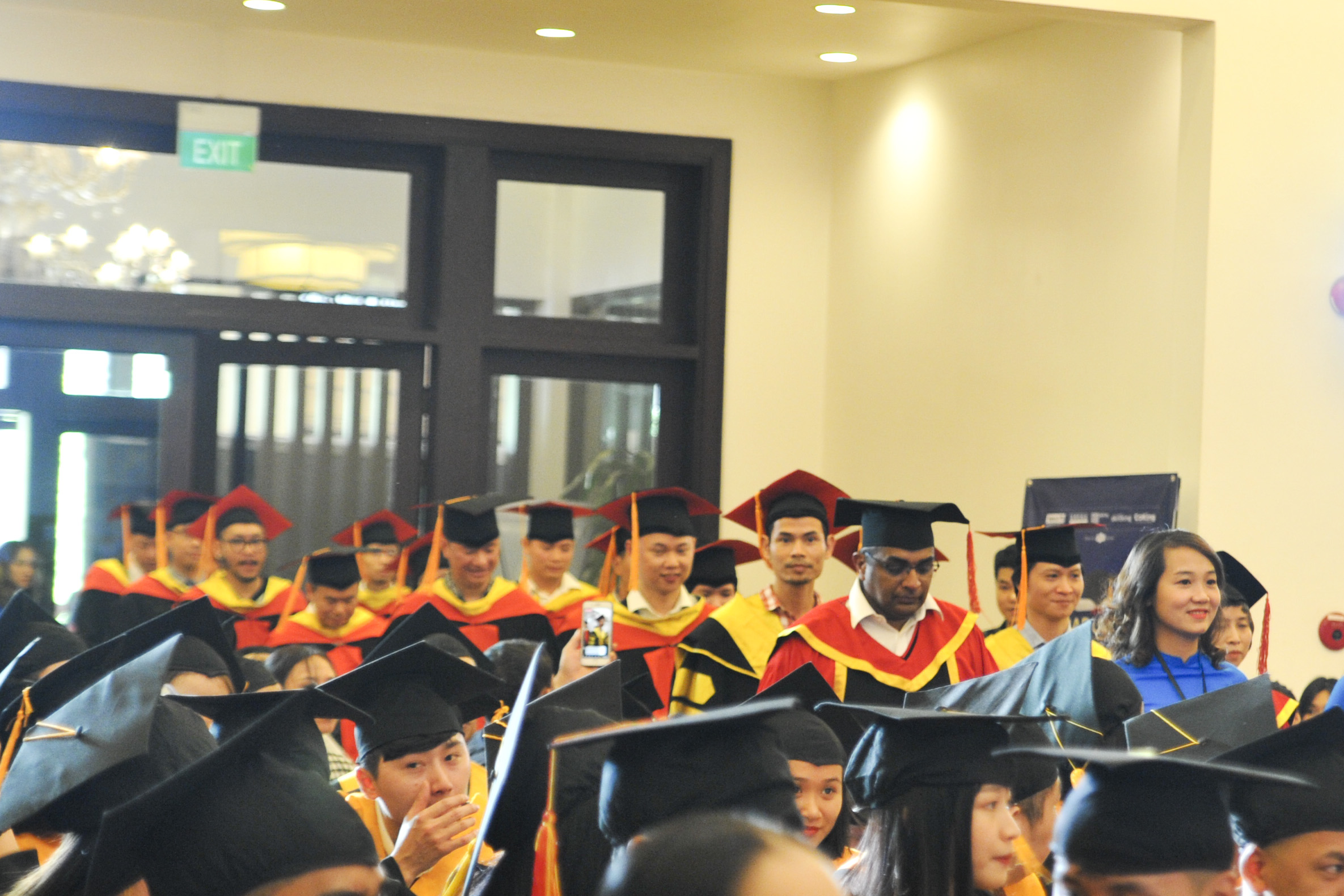 Các giảng viên tiến vào sân khấu để chuẩn bị cho buổi lễ.