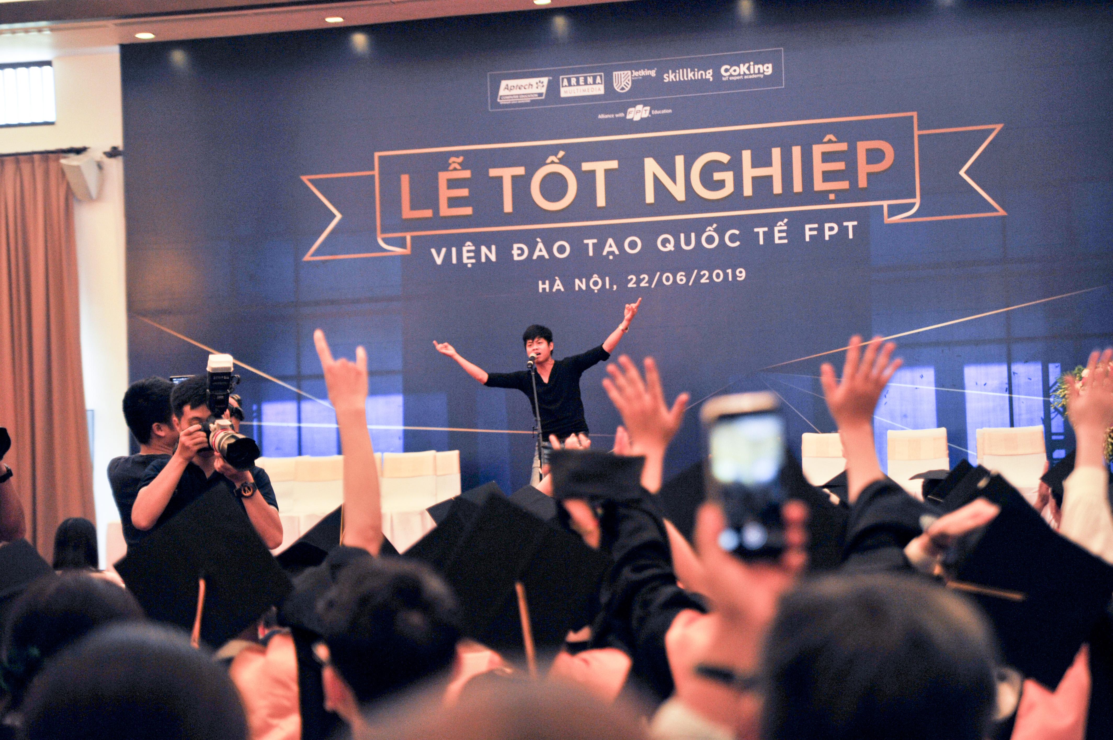 Cựu sinh viên Lê Đại Dương xuất hiện trên sân khấu và khuấy động không khí với những bản nhạc rock quen thuộc của nhóm Bức Tường.Anh Dương dành thời gian chia sẻ kỷ niệm thời còn đi học của mình và anh tin rằng FAI là sự lựa chọn chính xác của cuộc đời mình.