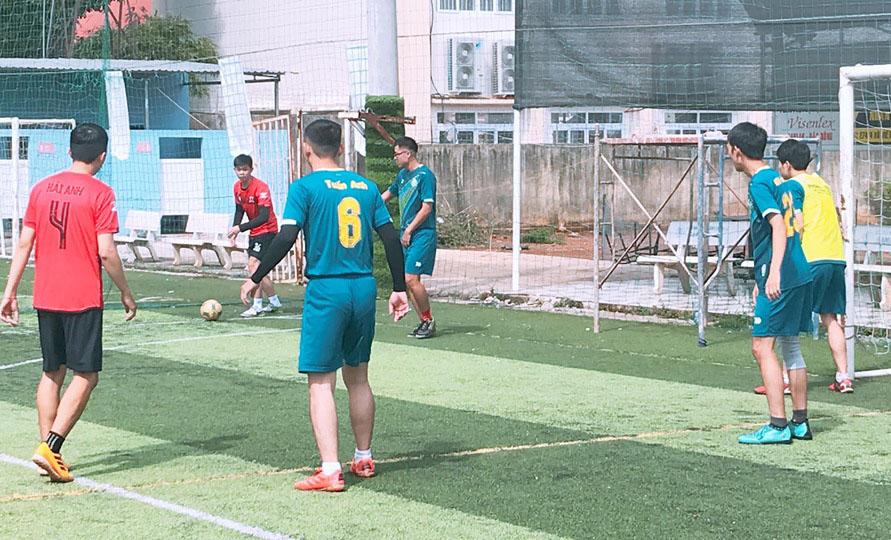 Ngày 23/6, giải bóng đá 'Poly Cup' lần thứ 7 bước vào những trận đấu cuối cùng để tìm ra nhà vô địch trên sân bóng Ban Mê Sport, 121 Hùng Vương. Hơn hai tuần khởi tranh, 4 đội bóng mạnh nhất góp mặt tại bán kết gồm MAR 13.3, UDPM 13, K15.2 và TKDH 13.3.