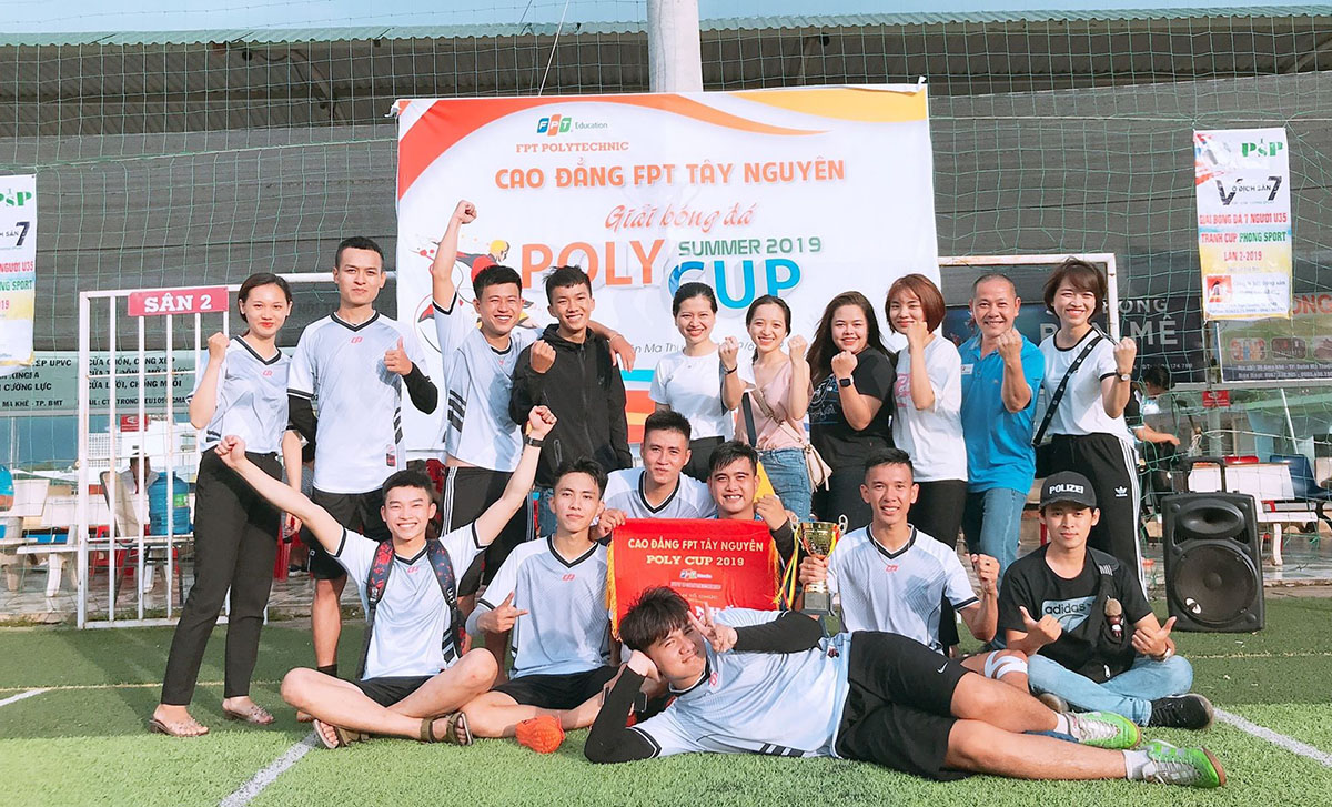 K15.2 chính thức trở thành nhà Vô địch giải bóng đá FPT Polytechnic Tây Nguyên. 'Poly Cup' Tây Nguyên quy tụ 10 đội bóng tham gia. Ban tổ chức chia thành hai bảng A và B để các đội thi đấu vòng tròn tính điểm. Sau vòng loại, 4 đội bóng xuất sắc nhất sẽ góp mặt tại bán kết... Bảng A có sự góp mặt của MAR 13.3, UDPM 13.3 B, TKDH 14.3, K15.2 và LTMT 13.3. Trong khi đó, bảng B là cuộc chạm trán giữa UDPM 13.3 A, Giảng viên, MAR 14.3, UDPM 13.3 và TKDH 13.3...