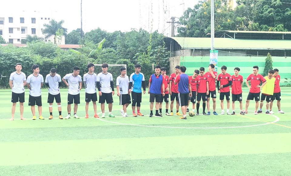 Trận tranh ngôi vô địch là màn so tài giữaK15.2 (áo trắng) vàUDPM 13 (áo đỏ). Hai đội làm thủ tục và chào khán giả trước khi thi đấu.