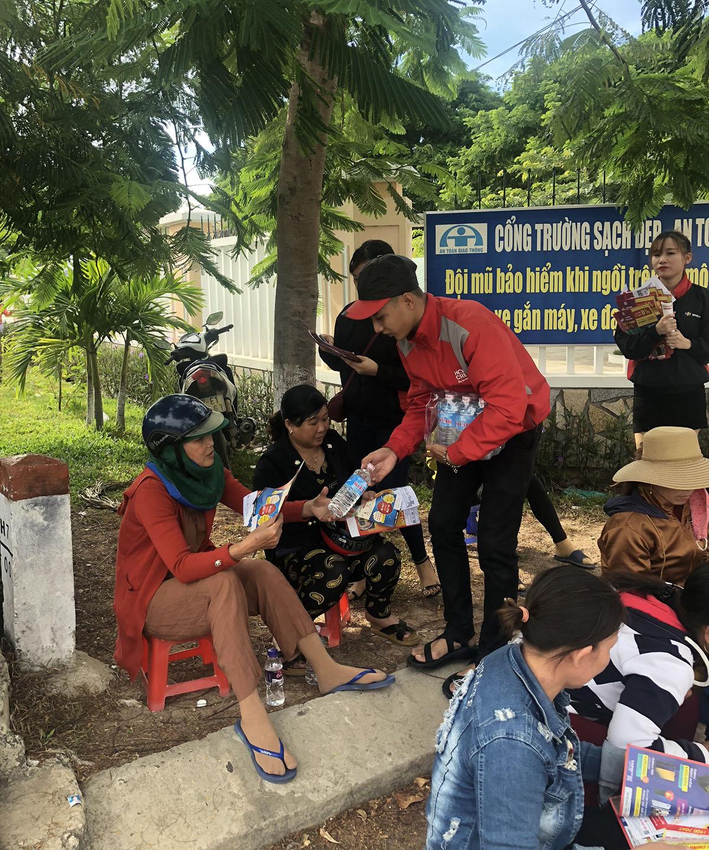 Từ sáng sớm, FPT Shop tại miền Trung đã đồng loạt ra quân để hướng dẫn, tặng nước và quà dành cho sĩ tử lẫn phụ huynh...