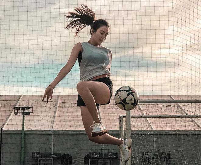 """Ngoài võ, Thảo Uyên còn đặc biệt yêu thích môn bóng đá nghệ thuật. Cô cho biết: """"Tính mình mạnh mẽ từ ngày nhỏ nên mình rất thích chơi thể thao. Võ thuật hay bóng đều giúp mình rèn luyện tính nhẫn nại, tự tin và nhanh nhạy""""."""