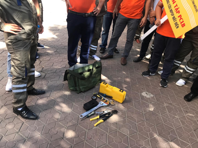 4 đội tập kết, sắp xếp kiểm kê trang thiết bị, vật tư, phương tiện, công cụ dụng cụ dự phòng cho phòng chống lụtbãomang theo, cũng như hiện có của chi nhánh.